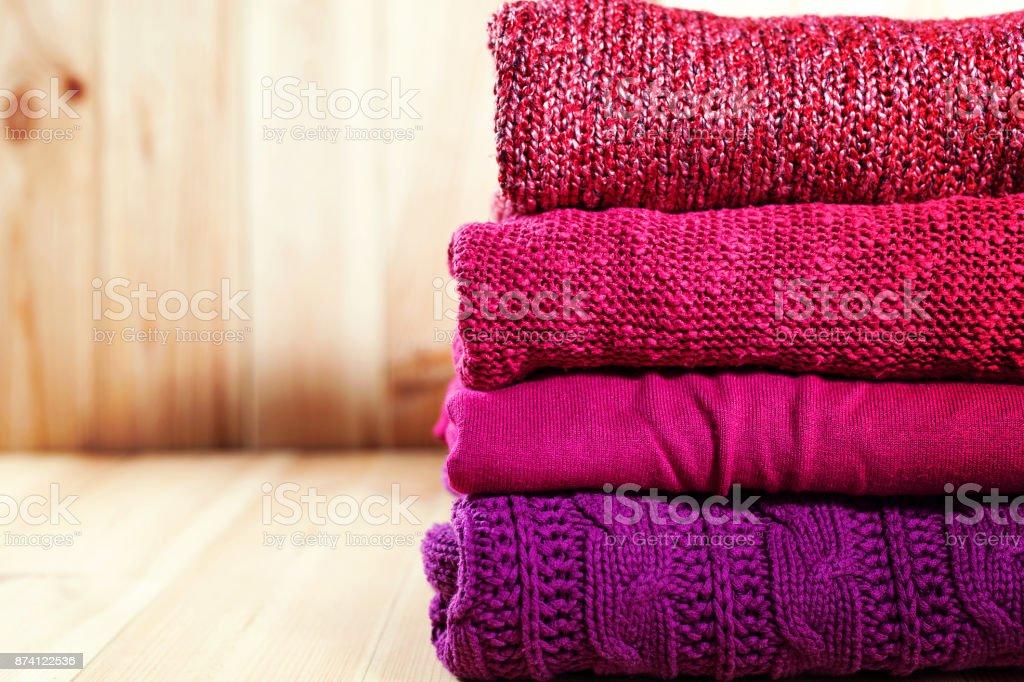 Stapel von warmen rosa, lila und violett gemütliche Pullover – Foto