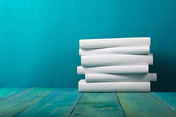 Pila de libros blancos, grungy fondo azul de cortesía, espacio de copia - foto de stock