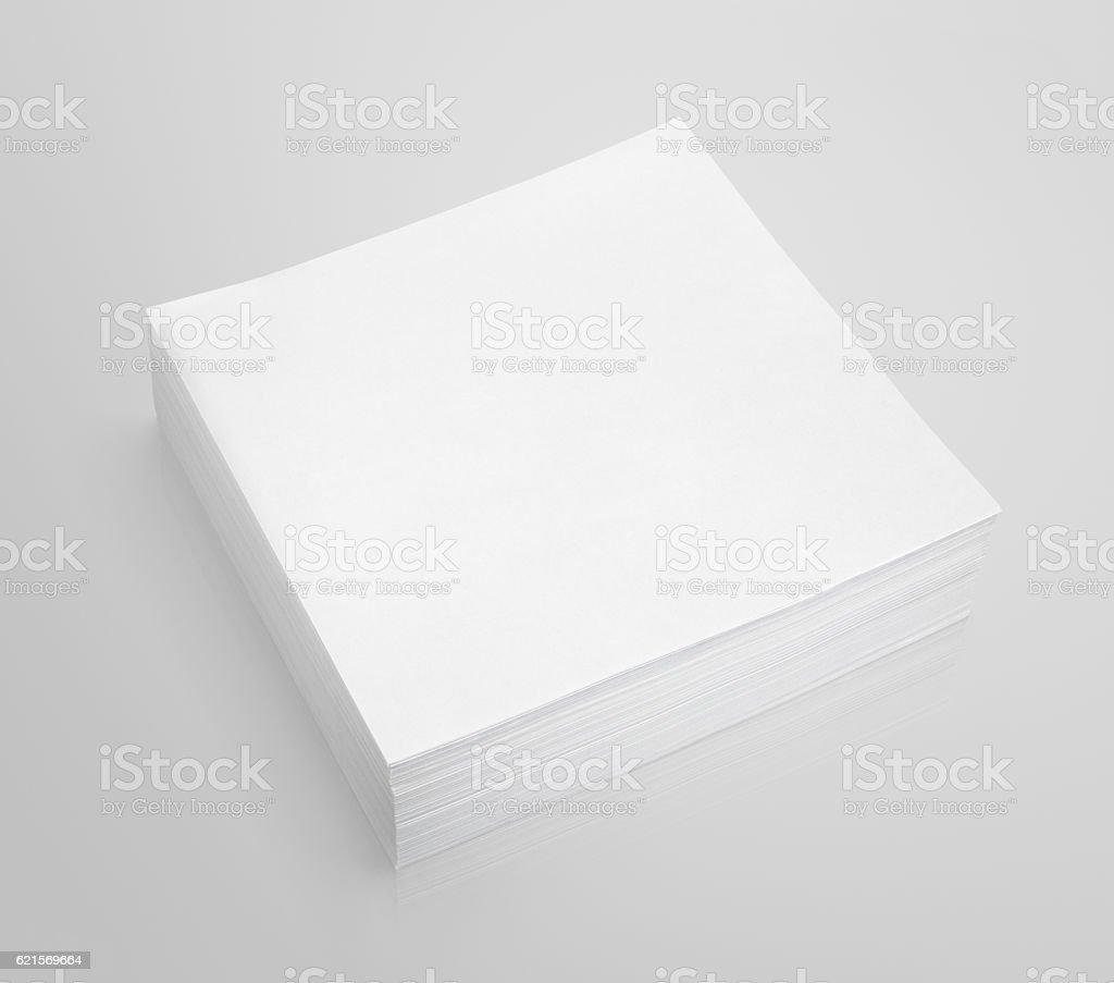 Stapel von Papier auf weiß grau Hintergrund Lizenzfreies stock-foto