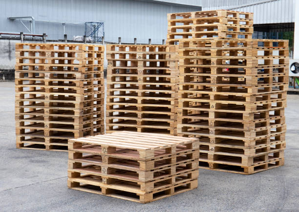 stack of wooden pallets at warehouse - pallet foto e immagini stock