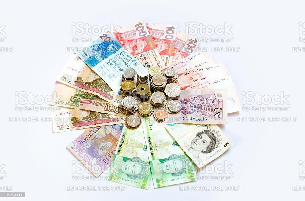 Pila de monedas & billetes de banco mundial - foto de stock