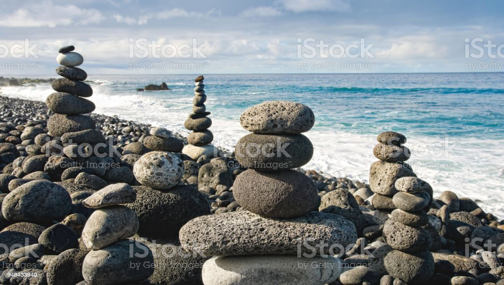 Stapel Von Zen Steinen Uber Wasser Und Blauer Himmel Geringe