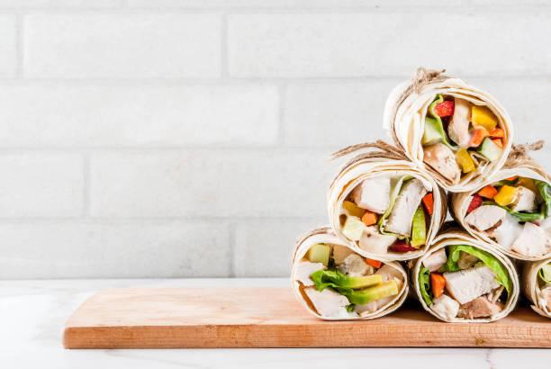 stapel tortilla wraps, sandwiches - veggie wraps stock-fotos und bilder