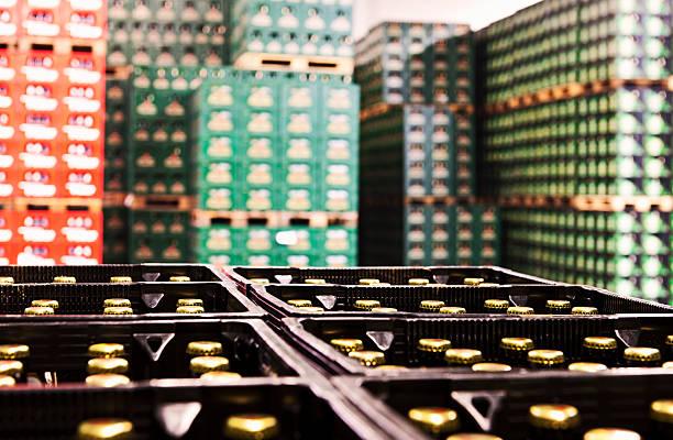 gestapelte bier tragekörbe - hajohoos stock-fotos und bilder