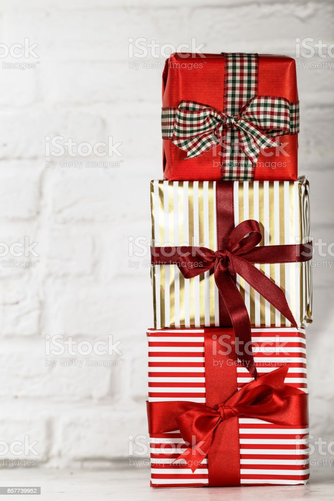 Gestapelte Weihnachtsgeschenke Auf Weiß Stock-Fotografie und mehr ...