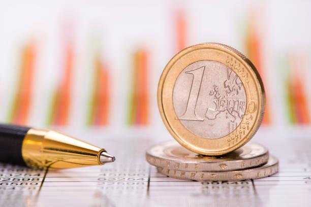 gestapelte Münzen der Euro-Währung auf Finanzchart – Foto
