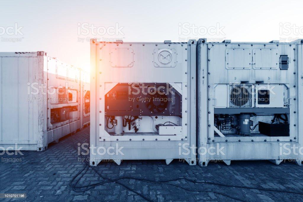 Gestapelten Containern in einem Versand-terminal – Foto