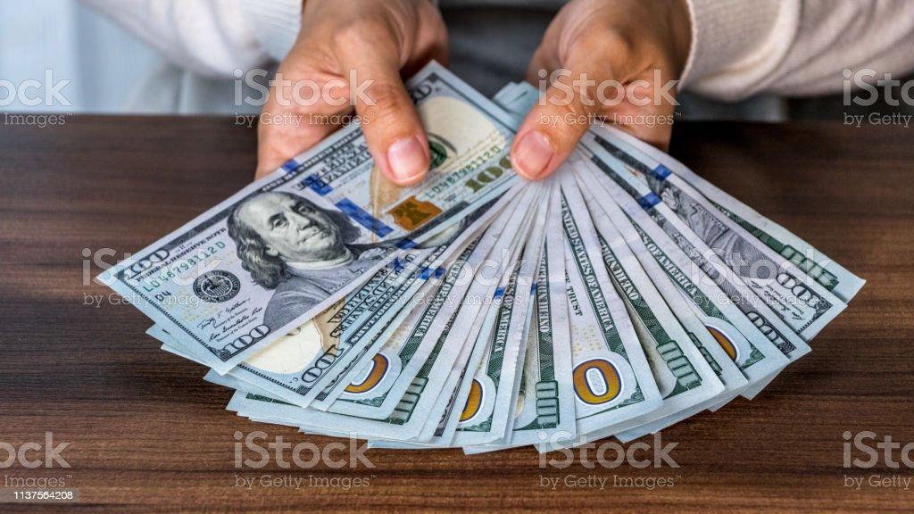 Dólares empilhados - foto de acervo