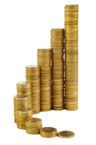 gestapelte Euro-Münzen zeigen Erfolg mit Diagramm – Foto