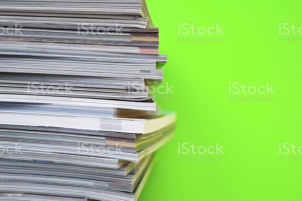 Gestapelte Zeitschriften – Foto