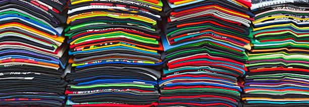 schichtabsatz souvenir-t-shirts t-shirts - ausdrucken stock-fotos und bilder