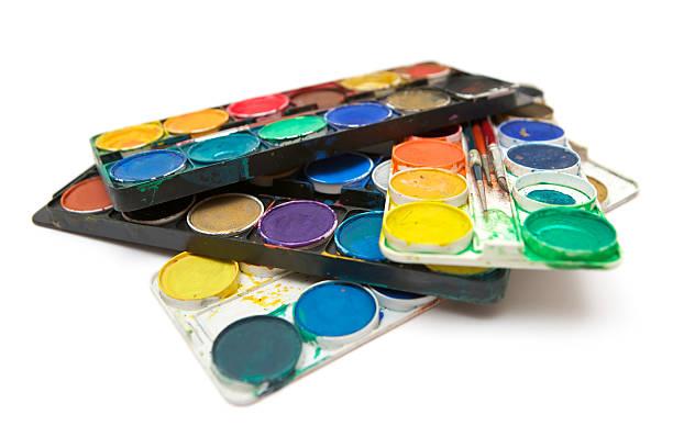 gestapelte aquarell farben - kunststoff behälter bemalen streichen stock-fotos und bilder