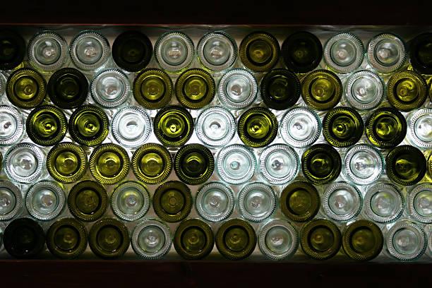 gestapelte wein flaschen - recycelte weinflaschen stock-fotos und bilder