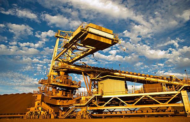 Stacker und Stockpile auf Eisenerz Mine Site – Foto