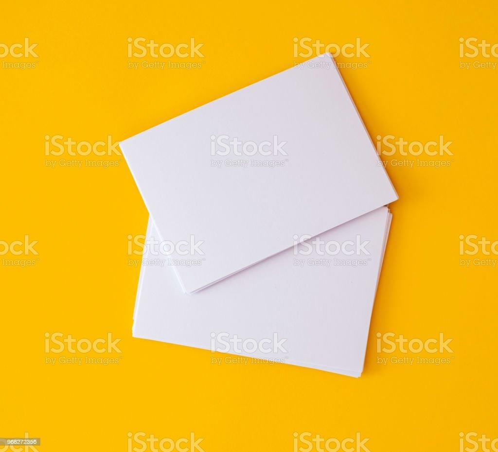 empilage de maquette vide blanc business carte sur fond jaune vibrant, modèle pour la conception de marque d'entreprise photo libre de droits