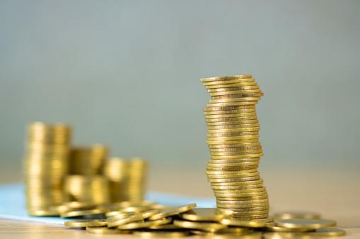Stapels Munten En Boek Van De Rekening Of Credit Card Met Kopie Ruimte Financiën En Financiering Van Bedrijven Banken En Besparingen Concept Stockfoto en meer beelden van Accountancy