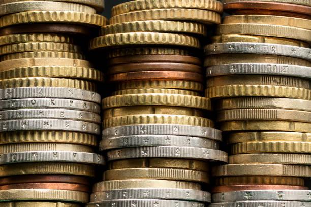 stapel von euro-münzen - euros cash stock-fotos und bilder