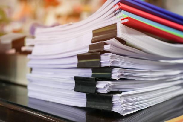 stapel von papieren dokumente akten informationen geschäftsberichte papiere mit farbklecken-papier, haufen von unerledigten errungenschaften mit laptop-computer-schreibtisch in modernem büro, buchhaltung planung budget-konzept - publikation stock-fotos und bilder