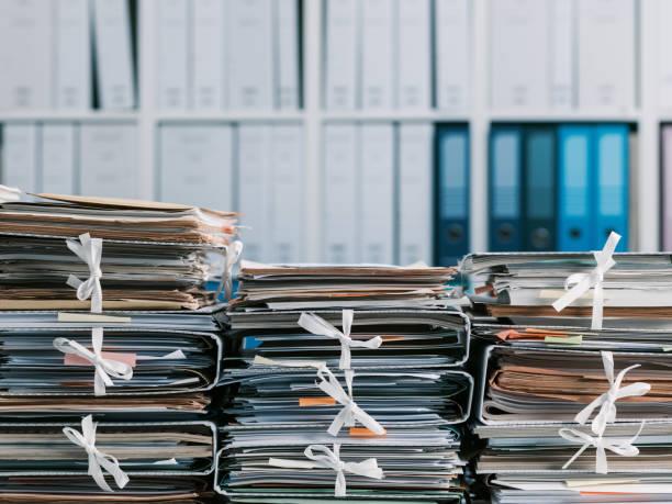Pilhas de papelada no escritório - foto de acervo