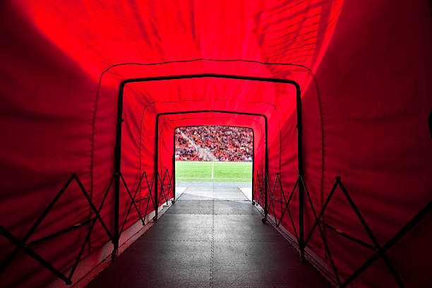 stadiontunnel aufs feld - tunnel stock-fotos und bilder