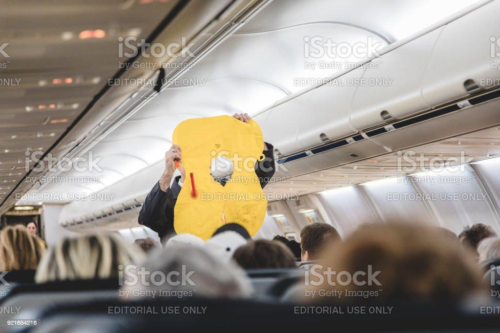 Personal haciendo la demostración de emergencia antes del despegue desde el Interior del avión de Air Transat en dirección a Isla de San Andrés. - foto de stock