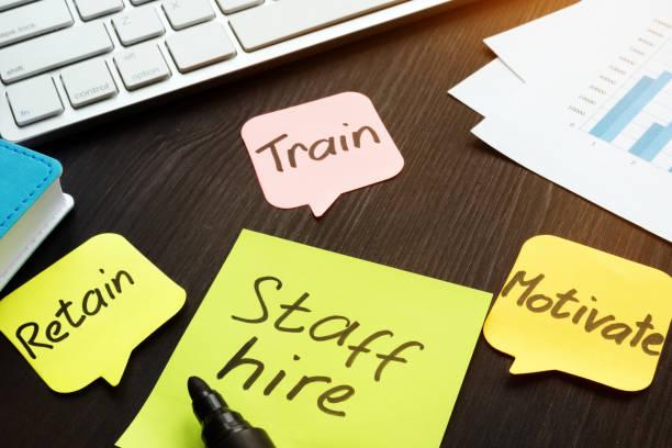personal mieten, trainieren, motivieren und halten auf ein memo geschrieben klebt. - erinnerung stock-fotos und bilder