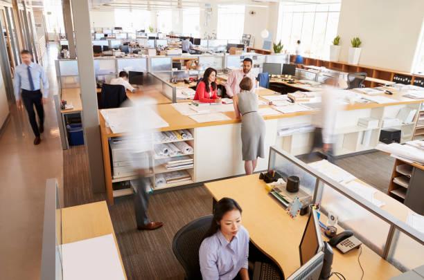 personnel travaillant dans un bureau occupé à aire ouverte - open space photos et images de collection