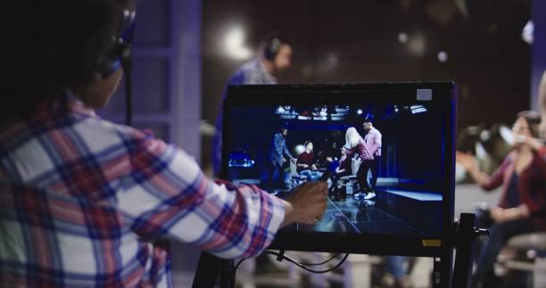 bühnenshow direktor beobachten im datensatz - film oder fernsehvorführung stock-fotos und bilder
