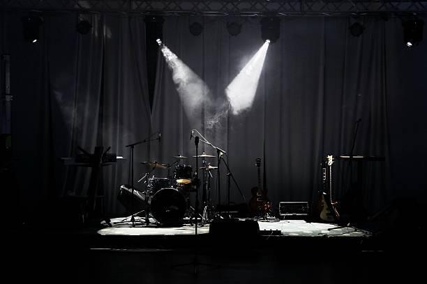 のコンサートステージを前に - ミュージシャン ストックフォトと画像