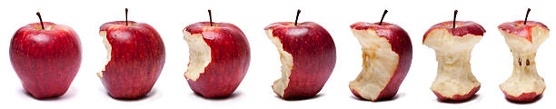 étapes de manger pomme rouge - imploser photos et images de collection
