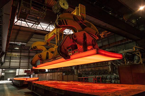 Stahlbramme wird verladen stock photo