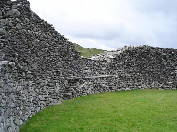 staigue stone fort ring of kerry ireland - fsachs78 stockfoto's en -beelden