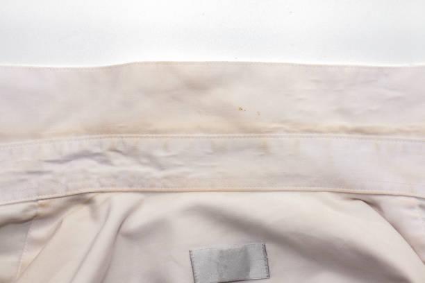 fleck von dem schmutzigen weißen hemd - dunkle flecken entferner stock-fotos und bilder