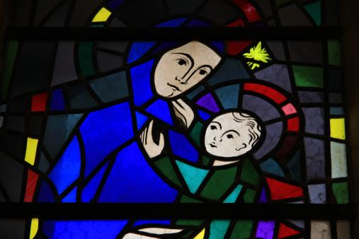 ステンドグラス窓の教会 - カトリックのストックフォトや画像を多数ご用意