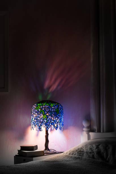 bunte glaslampe beleuchtung schlafzimmer in der nacht mit hübschen reflexionen. - lila, grün, schlafzimmer stock-fotos und bilder