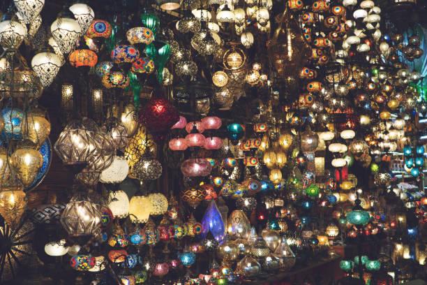 bunte glaslampen in grand bazaar in istanbul, türkei. bunte orientalische geschenke des handwerks im östlichen markt. grand bazaar oder kapali carsi ist eine touristenattraktion von istanbul - türkische fliesen stock-fotos und bilder
