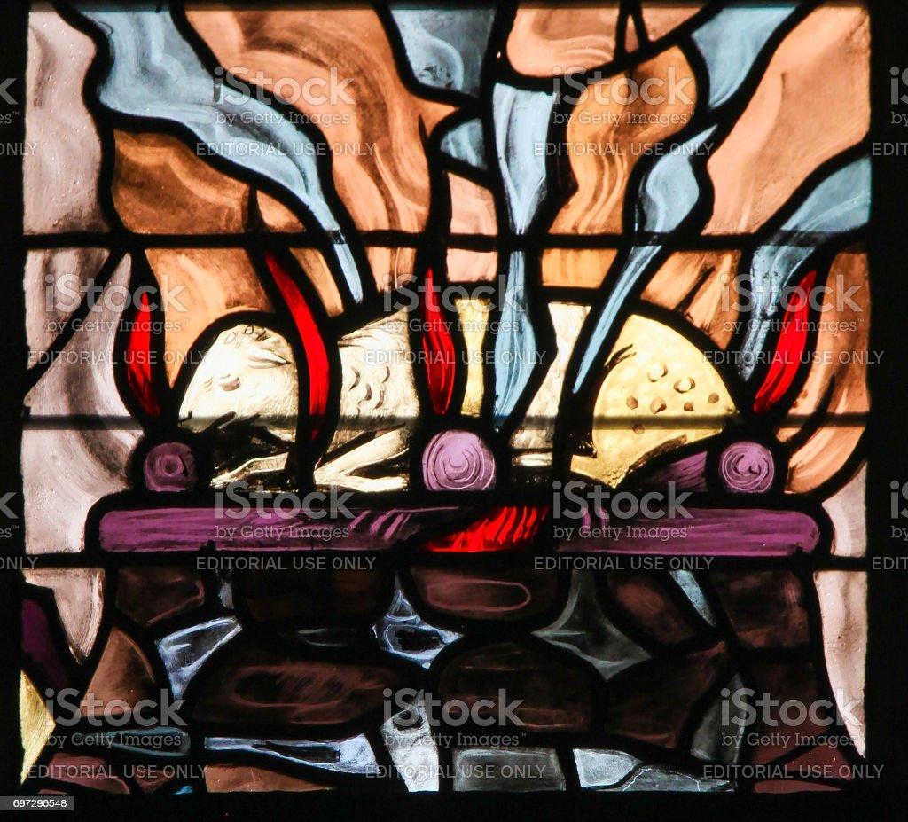 Vitrais de um ardente cordeiro, simbolizando o Agnus Dei - foto de acervo