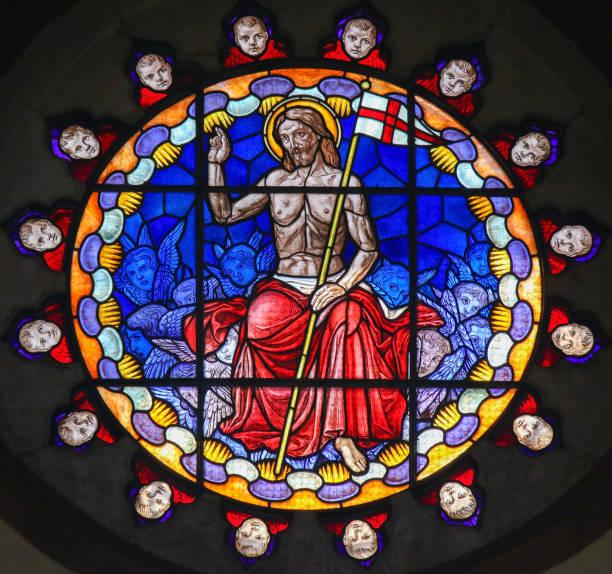 glasmalerei von jesus christus in der basilika von bologna - messias stock-fotos und bilder
