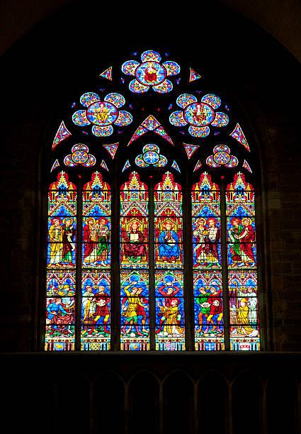 buntglasfenster in church - gothic bilder stock-fotos und bilder