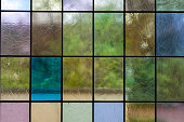 Blick durch Buntglasfenster nach draussen