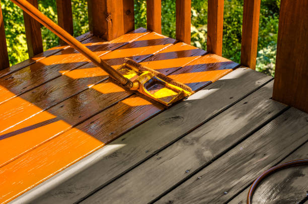 kleuring houten dek met verfroller - houtbeits stockfoto's en -beelden