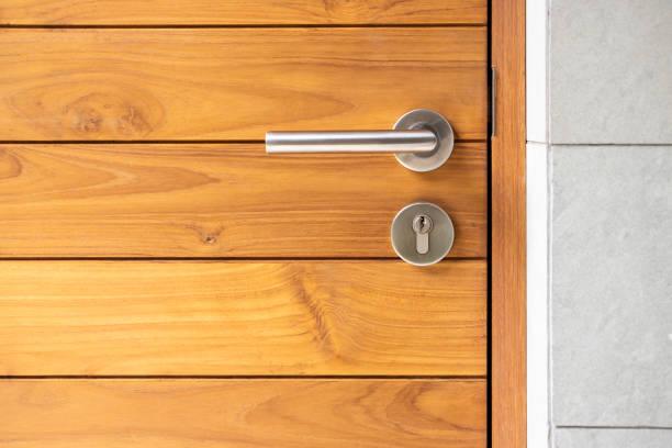 punho de porta do aço inoxidável e porta de madeira - maçaneta manivela - fotografias e filmes do acervo
