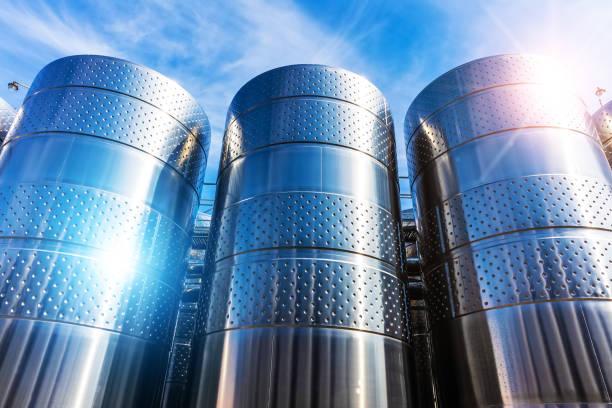 edelstahl tank lagerbehälter in der chemiefabrik-fabrik - benzintank stock-fotos und bilder