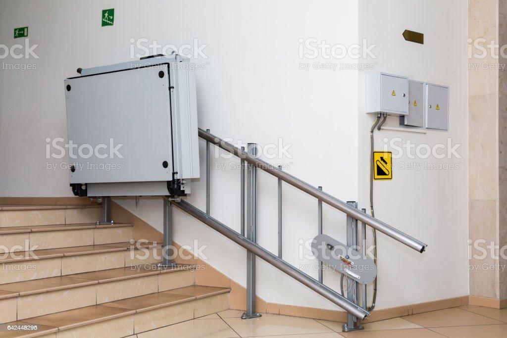 Treppenlift für Behinderte. Treppen von öffentlichen Gebäude. – Foto
