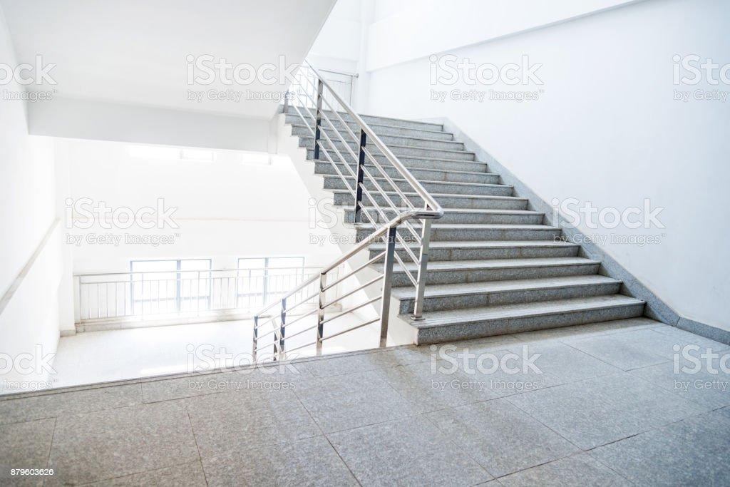 Escalier dans le bâtiment de l'école photo libre de droits