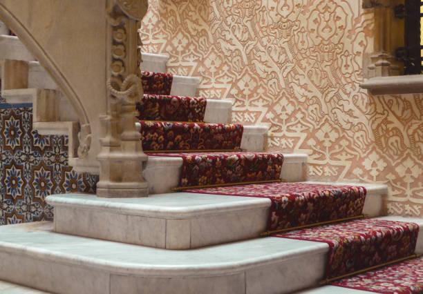 treppe mit einer burg, drapiert in rot - eisenstadt austria stock-fotos und bilder