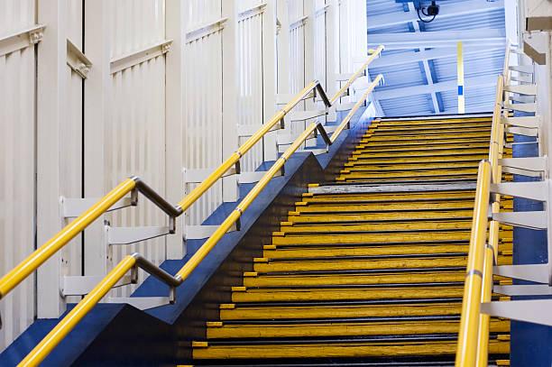 treppe auf der londoner u-bahn - stairway to heaven englische redewendung stock-fotos und bilder