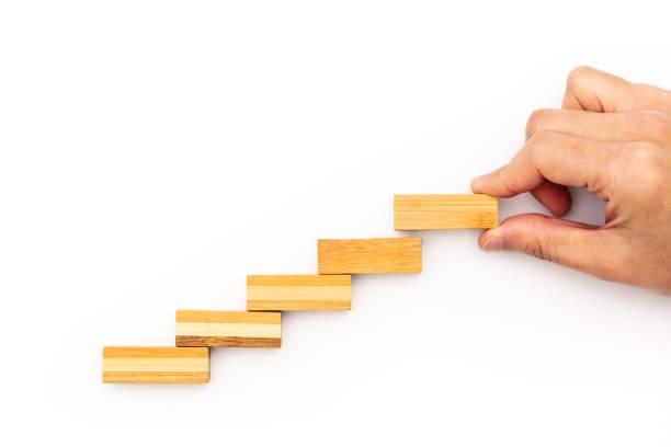 treppe-schritt zum erfolg. erfolgreiche business-konzept. hölzerne schritt mit textfreiraum - mondlandefähre stock-fotos und bilder