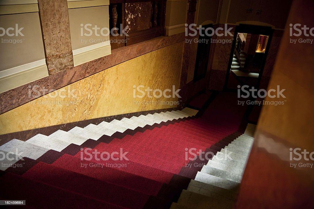 Escaleras cubiertas con alfombra roja foto de stock libre de derechos