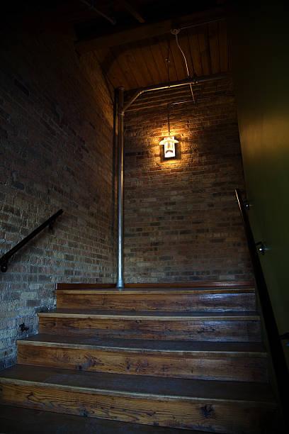 die treppe aufwärts - wandleuchte treppenhaus stock-fotos und bilder